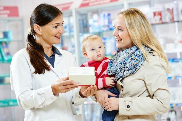 Мама с ребенком и фармацевт