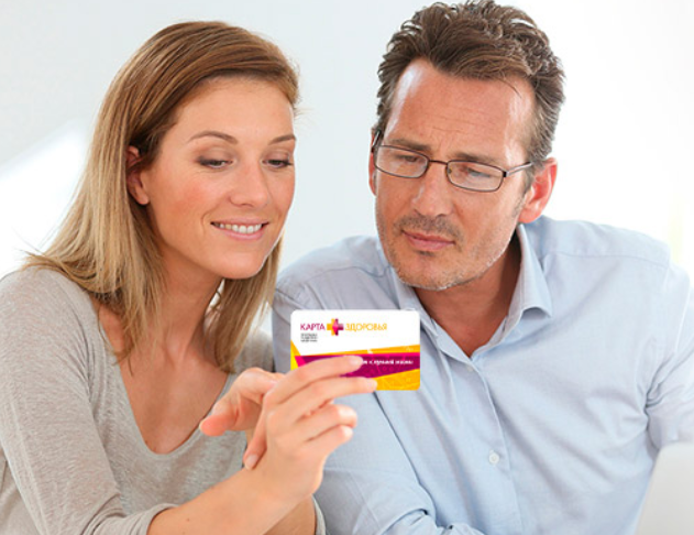 Мужчина с женщиной держат в руках карточку